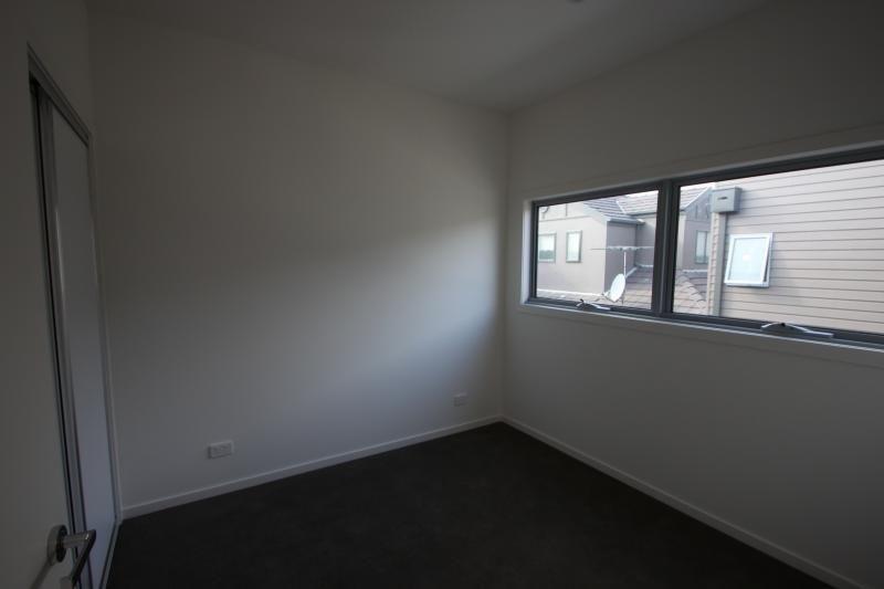 2/12 Sparks Avenue, Fairfield VIC 3078, Image 2