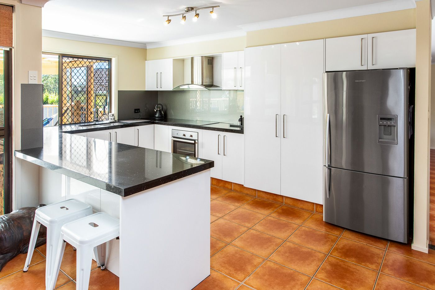 11 Surrey Ct, Helensvale QLD 4212, Image 2