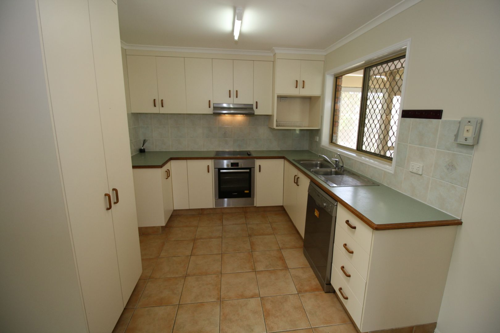 27 Twolyn Street, Urangan QLD 4655, Image 2
