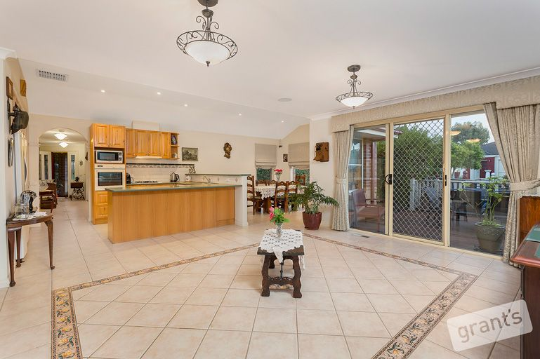 15 Nightingale Crescent, Berwick VIC 3806, Image 2