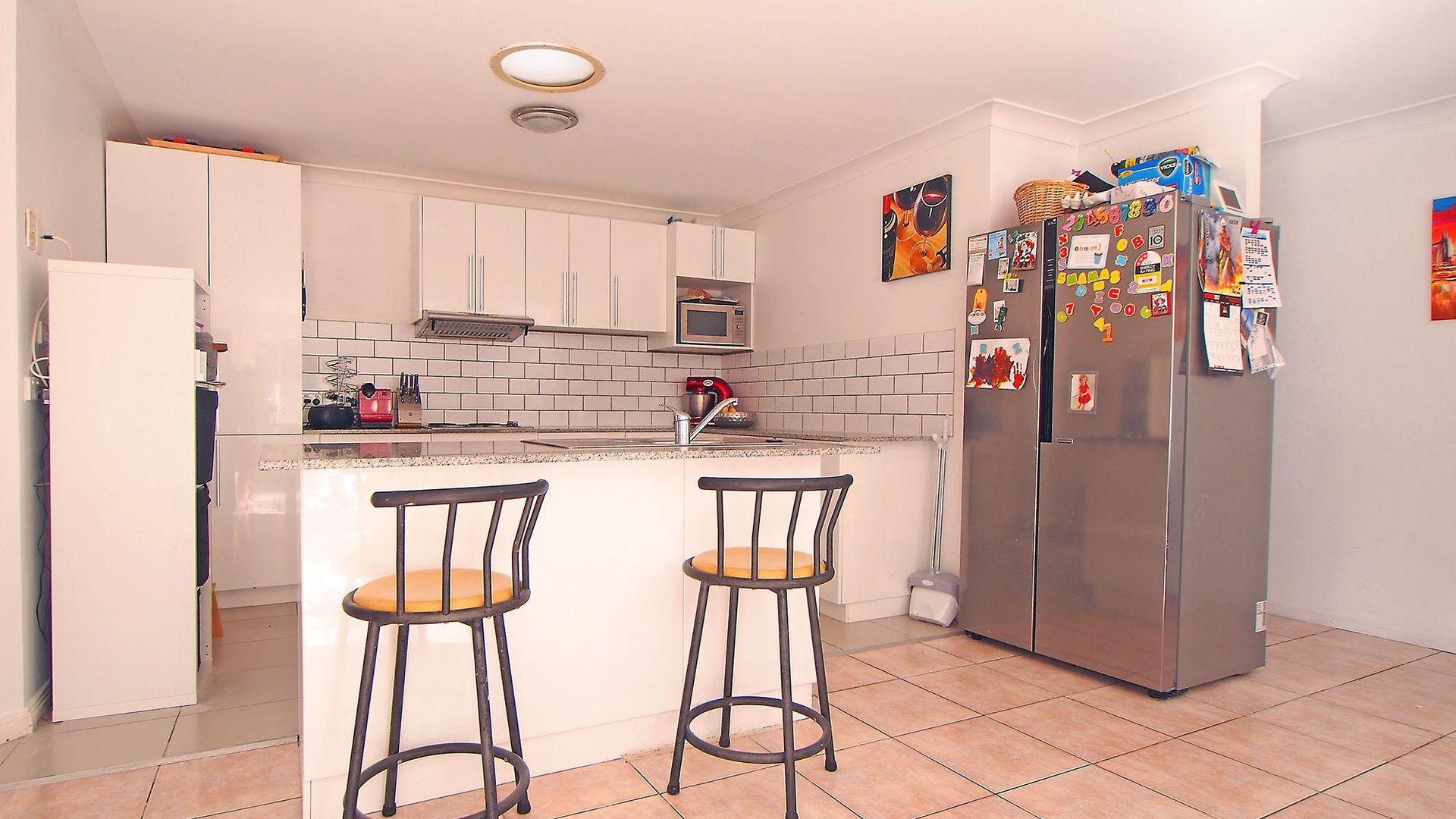 4 Suncrest Court, Parkwood QLD 4214, Image 2