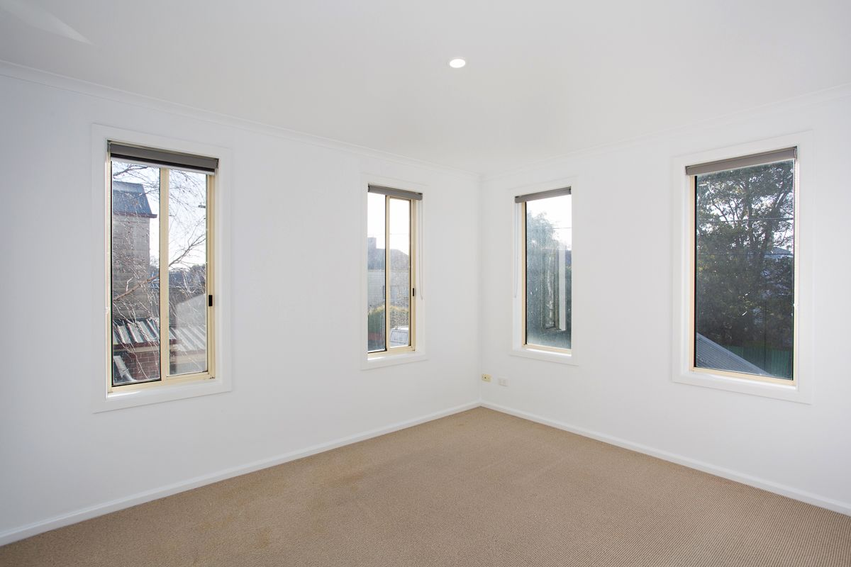 2/11 Little Clyde Street, Soldiers Hill VIC 3350, Image 2