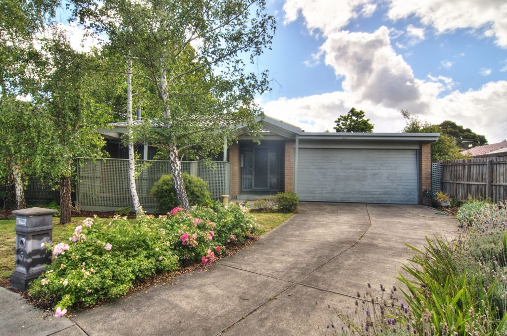 5 Nigretta Court, Mount Waverley VIC 3149, Image 2