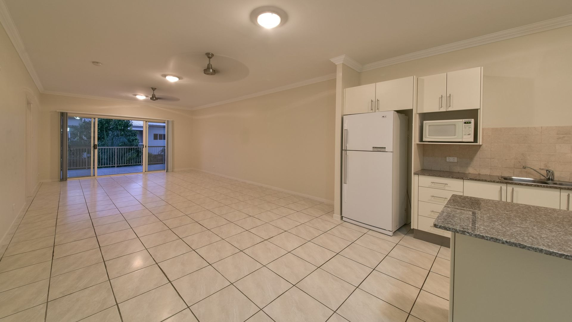 90/21 Shute Harbour Road, Cannonvale QLD 4802, Image 2