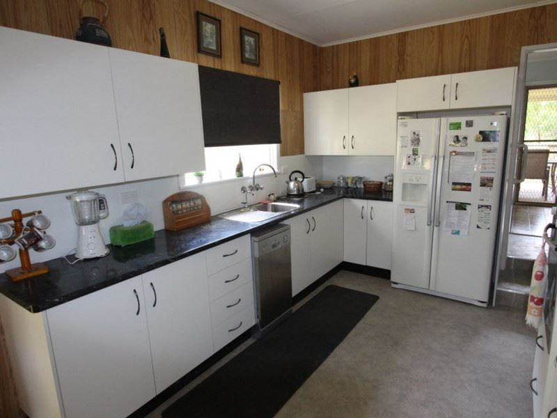 27 Lester Street, Pratten QLD 4370, Image 2