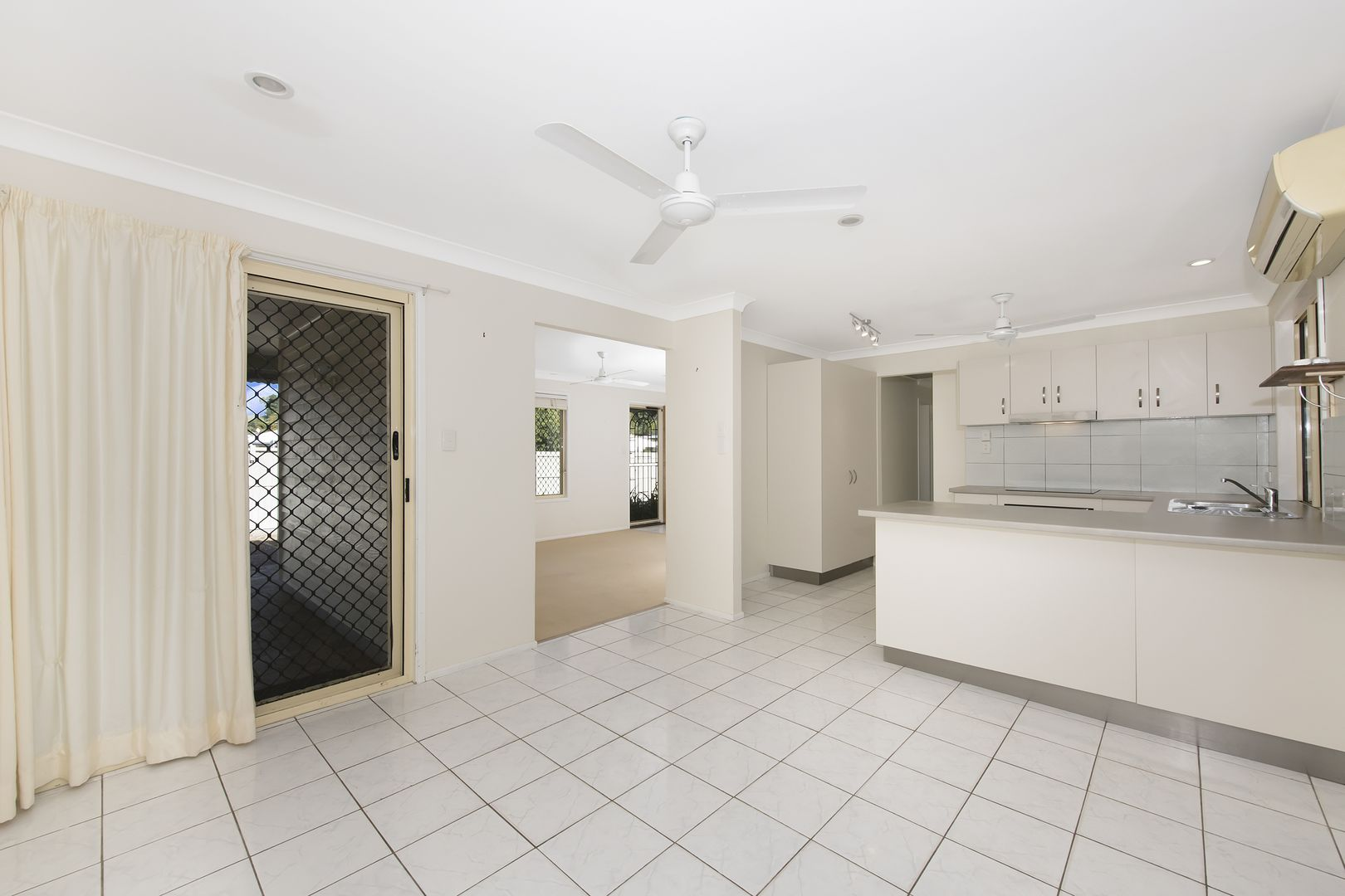 24 Lagoon Crescent, Saunders Beach QLD 4818, Image 2