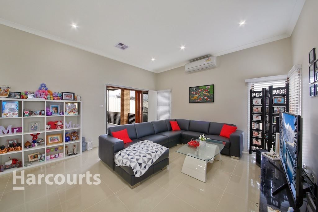 6 Lovely Place, St Helens Park NSW 2560, Image 2