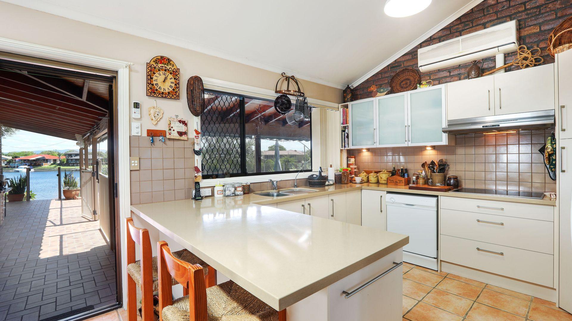 32 Bombala St, Broadbeach Waters QLD 4218, Image 2