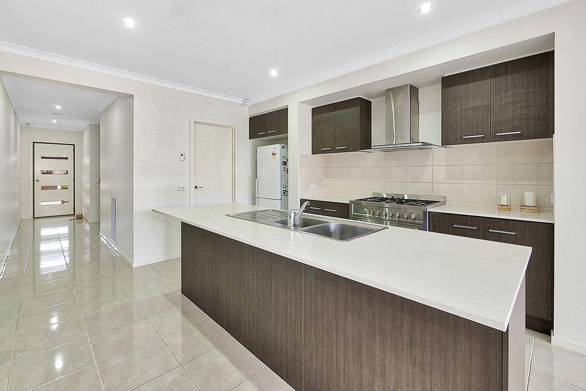 8 Alice Mary Road, Cranbourne West VIC 3977, Image 2