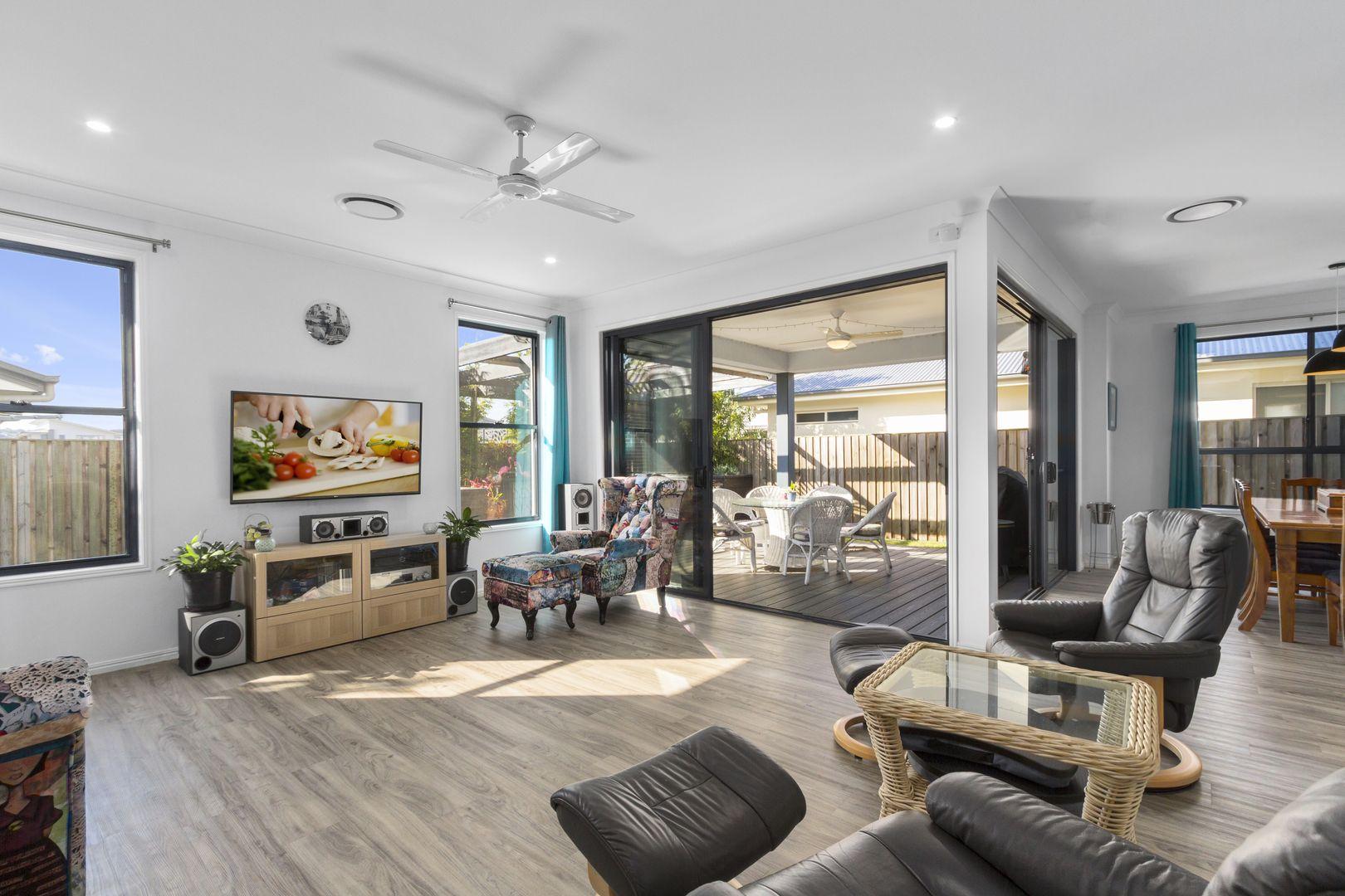 24 Grant Avenue, Hope Island QLD 4212, Image 2