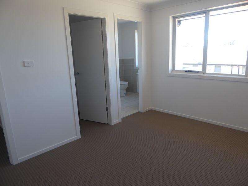 33 Highland Close, Macquarie Links NSW 2565, Image 2