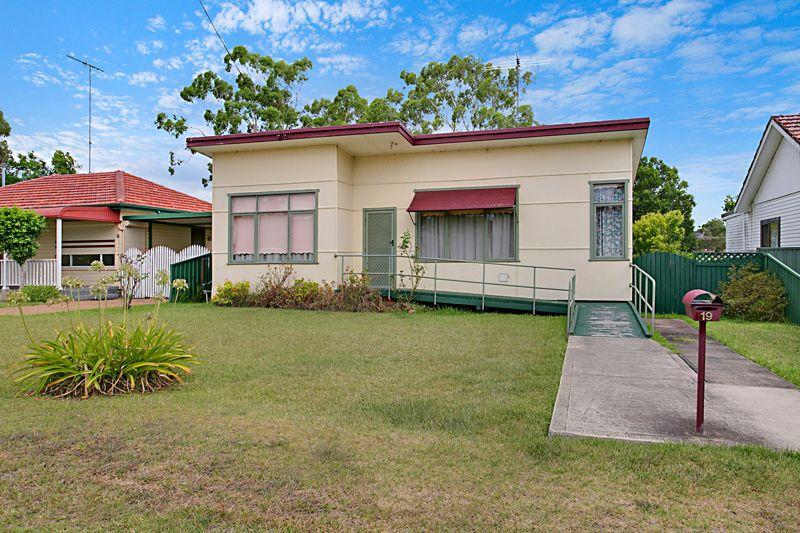 19 Phelps Crescent, Bradbury NSW 2560, Image 0