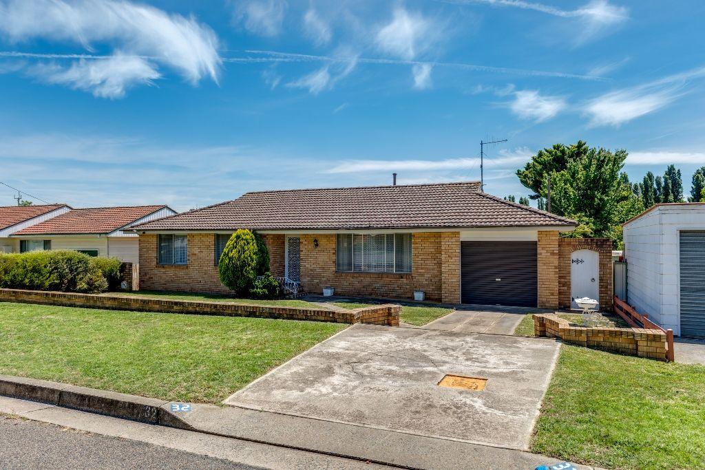 32 Buffalo Crescent South, Goulburn NSW 2580, Image 0