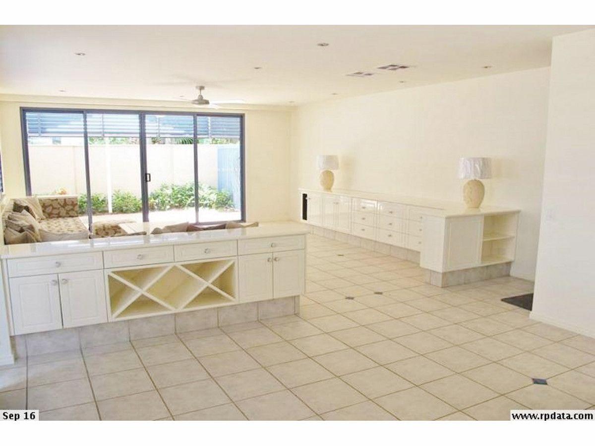 27 Mountbatten Avenue, Main Beach QLD 4217, Image 2