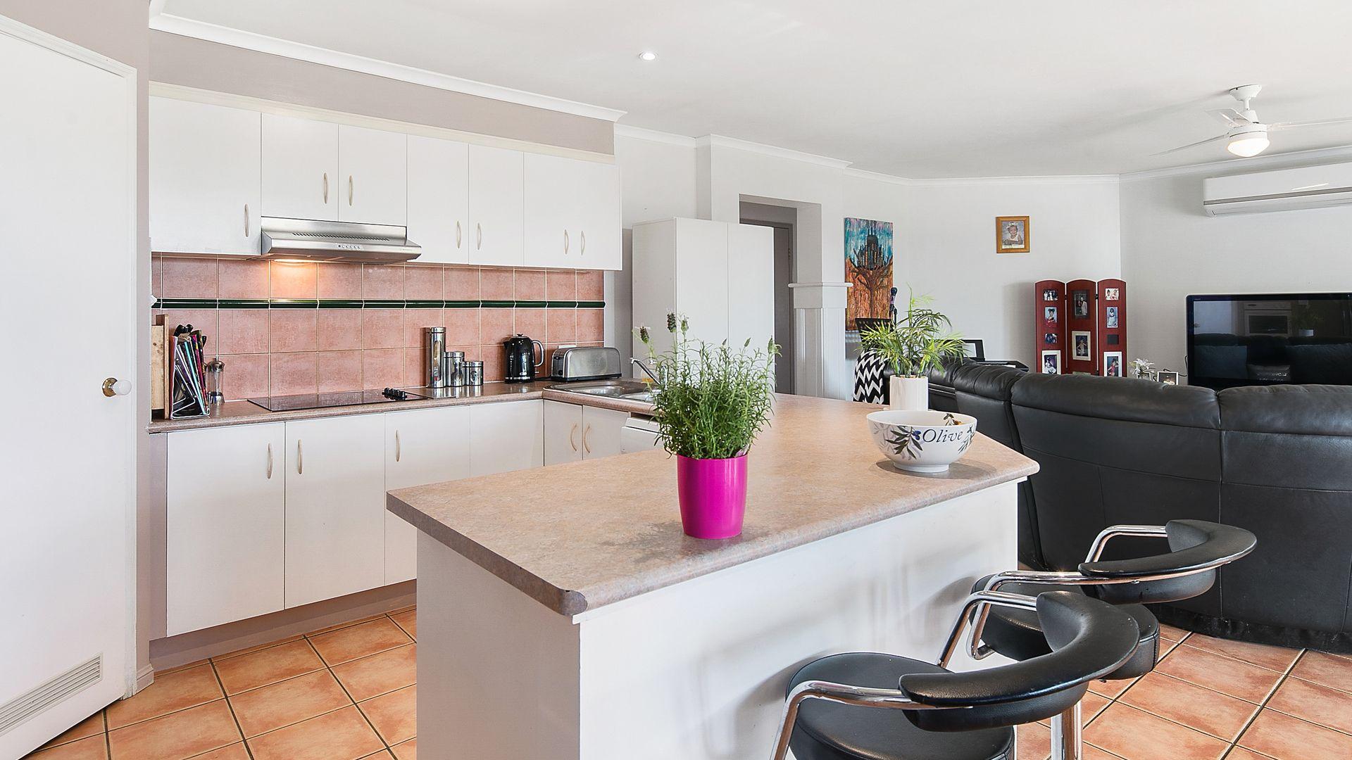 17 Burbank Road, Birkdale QLD 4159, Image 2